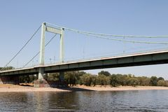 Ciérrese para arriba del puente del muehlheimer y del riverbank en el cologne Alemania foto de archivo libre de regalías