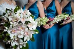 Ciérrese para arriba del ramo de la novia, damas de honor detrás Imagenes de archivo