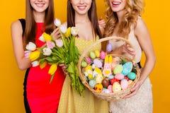 Ciérrese para arriba del ramo de tulipanes y de cesta de mimbre con el tr colorido Foto de archivo libre de regalías