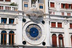 Ciérrese para arriba del reloj azul en Clocktower de St Mark, orologio del dell de Torre 'en la Plaza de San Marcos, plaza San Ma fotos de archivo libres de regalías