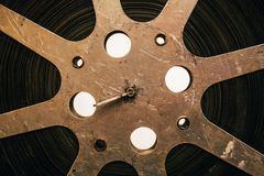 Ciérrese para arriba del rollo de película viejo del vintage, equipo antiguo de la película imagenes de archivo