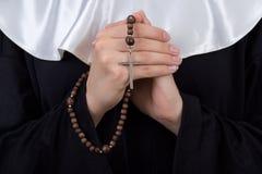 Ciérrese para arriba del rosario en manos de la monja Fotografía de archivo libre de regalías