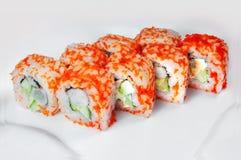 Ciérrese para arriba del sistema del sushi del sashimi, rollo en la placa blanca imagen de archivo