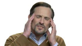 Ciérrese para arriba del sufrimiento maduro del hombre del dolor de cabeza severo almacen de metraje de vídeo