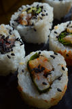 Ciérrese para arriba del sushi asperjado con las semillas de sésamo negras Imagen de archivo