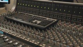 Ciérrese para arriba del teclado de ordenador que pone en la consola de mezcla de la música almacen de video