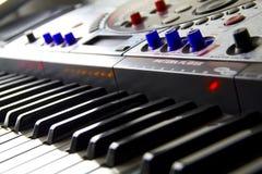 Ciérrese para arriba del teclado electrónico de DJ fotografía de archivo libre de regalías