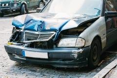Ciérrese para arriba del tope y capo o Hood Of Luxury Car Scratched quebrado con daños imagen de archivo