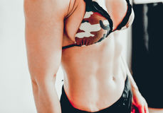 Ciérrese para arriba del torso del ` s de la mujer del ajuste Foto de archivo libre de regalías