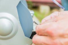 Ciérrese para arriba del trabajador industrial que afila el taladro con la máquina abrasiva del cortador del disco de la muela fotografía de archivo libre de regalías