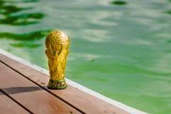 Ciérrese para arriba del trofeo de oro falso bajo la forma de globo, sobre una estructura de madera en el parque con una naturale Fotografía de archivo