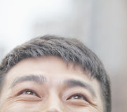 Ciérrese para arriba del varón que mira para arriba y que sonríe en Pekín Imagen de archivo libre de regalías