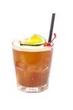 Ciérrese para arriba del vidrio con el cóctel del alcohol con ron, cal del jugo y la cereza Foto de archivo
