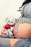 Ciérrese para arriba del vientre embarazada Imágenes de archivo libres de regalías