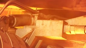 Ciérrese para arriba para el detalle del mecanismo de trabajo en la planta de fundición del metal Cantidad común Máquina en indus almacen de video