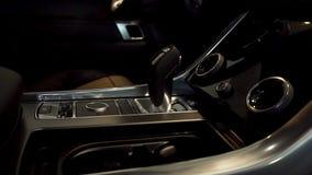 Ciérrese para arriba para el palillo de engranaje automático de un coche moderno, detalles interiores del coche Transmisión autom foto de archivo