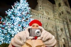 Ciérrese para arriba en cámara en manos de la mujer en la Navidad Florencia Foto de archivo libre de regalías