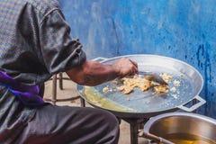 Ciérrese para arriba en cocinar en comida tailandesa: Crepes fritas u Oyste del mejillón foto de archivo