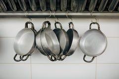 Ciérrese para arriba en cocinar las cacerolas y las herramientas Fotos de archivo
