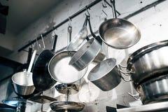 Ciérrese para arriba en cocinar las cacerolas y las herramientas Foto de archivo libre de regalías