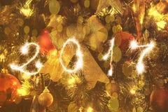 Ciérrese para arriba en el árbol de navidad y la muestra chispeante 2017 Fotografía de archivo