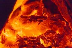 Ciérrese para arriba en el burning caliente de la chimenea Fotografía de archivo