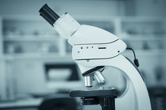 Ciérrese para arriba en el microscopio en laboratorio Fotos de archivo