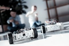 Ciérrese para arriba en el robot con las ruedas conducidas por los colegiales Fotografía de archivo