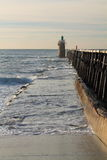 Ciérrese para arriba en el rompeolas de madera colorido con el faro en la costa atlántica, capbreton, Francia Fotos de archivo libres de regalías