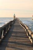 Ciérrese para arriba en el rompeolas de madera colorido con el faro en la costa atlántica, capbreton, Francia Fotografía de archivo libre de regalías