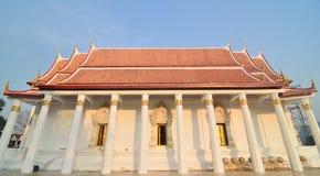 Ciérrese para arriba en el templo tailandés y el cielo azul Foto de archivo libre de regalías