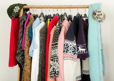 Ciérrese para arriba en guardarropa con la ropa del invierno dispuesta agradable Fotografía de archivo libre de regalías