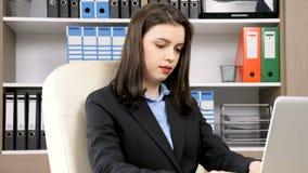 Ciérrese para arriba en la empresaria hermosa joven que mecanografía en el ordenador portátil almacen de metraje de vídeo