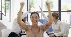 Ciérrese para arriba en la empresaria que aumenta los brazos para el éxito metrajes