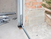 Ciérrese para arriba en la instalación de la puerta del garaje Puerta del garaje Foto de archivo libre de regalías