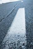 Ciérrese para arriba en la línea blanca textura del camino de la montaña del asfalto del adorno del modelo Foto de archivo