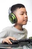 Ciérrese para arriba en la mano derecha para hacer clic sobre ratón del niño del videojugador (Sel Imágenes de archivo libres de regalías