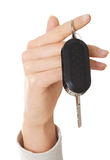 Ciérrese para arriba en la mano femenina que lleva a cabo una llave del coche Foto de archivo libre de regalías