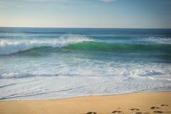 Ciérrese para arriba en la onda de fractura que viene apuntalar en la playa arenosa de la costa atlántica, capbreton, Francia Fotografía de archivo