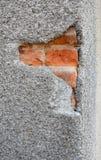 Ciérrese para arriba en la pared agrietada Fijación, grietas de la pared de la fachada de la casa de la reparación El agrietarse  Fotos de archivo