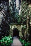 Ciérrese para arriba en la puerta de piedra en el Adrspach, República Checa, EFF de HDR Imagen de archivo libre de regalías
