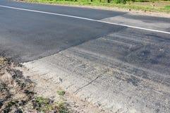 Ciérrese para arriba en la reparación de la carretera de asfalto Colocación de la nueva carretera de asfalto Imágenes de archivo libres de regalías