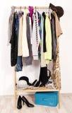 Ciérrese para arriba en la ropa del invierno del otoño en suspensiones en una tienda Imágenes de archivo libres de regalías