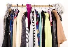 Ciérrese para arriba en la ropa del invierno del otoño en suspensiones en una tienda Imagen de archivo