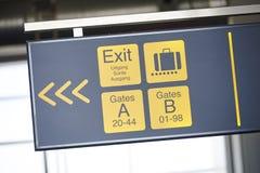 Ciérrese para arriba en la señalización del aeropuerto Foto de archivo libre de regalías