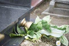 Ciérrese para arriba en las flores quebradas en la lápida mortuaria imágenes de archivo libres de regalías