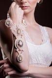 Ciérrese para arriba en las manos de la mujer con joyería de lujo del vintage Fotografía de archivo