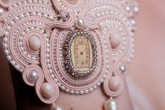 Ciérrese para arriba en las manos de la mujer con joyería de lujo del vintage Fotos de archivo