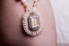 Ciérrese para arriba en las manos de la mujer con joyería de lujo del vintage Foto de archivo