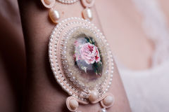 Ciérrese para arriba en las manos de la mujer con joyería de lujo del vintage Fotos de archivo libres de regalías